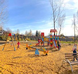 август 2019 г. Детская игровая площадка в поселке Калино